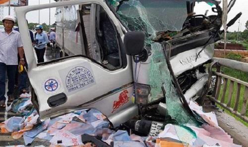 Tin tức tai nạn giao thông mới nhất hôm nay 4/6/2019: Xe tải hất văng xe máy, 2 người chết trên cầu Rạch Miễu - Ảnh 1