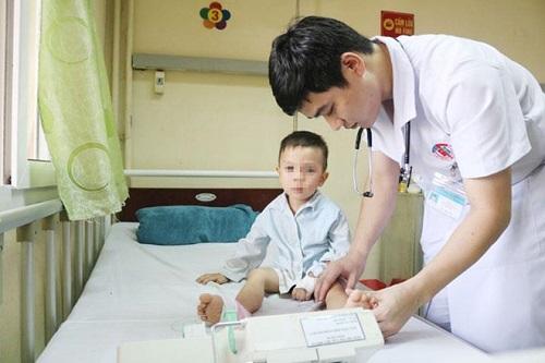 Tin tức đời sống mới nhất ngày 7/6/2019: Bé trai 3 tuổi bị liệt hai chân sau giấc ngủ trưa ở trường học - Ảnh 1