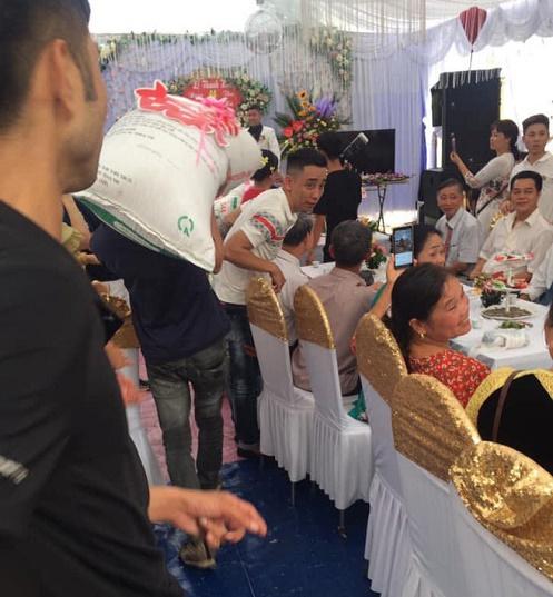 """Cô dâu, chú rể """"méo mặt"""" vì được mừng cưới hàng chục bao gạo """"siêu to, khổng lồ"""" - Ảnh 2"""