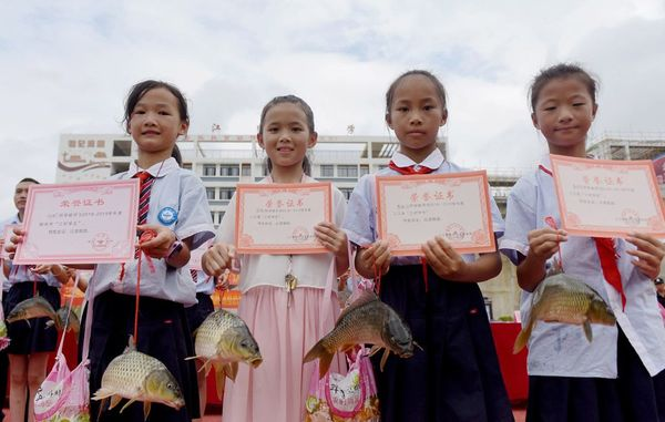 Hi hữu: Trường học trao cá chép làm phần thưởng cho học sinh giỏi - Ảnh 2