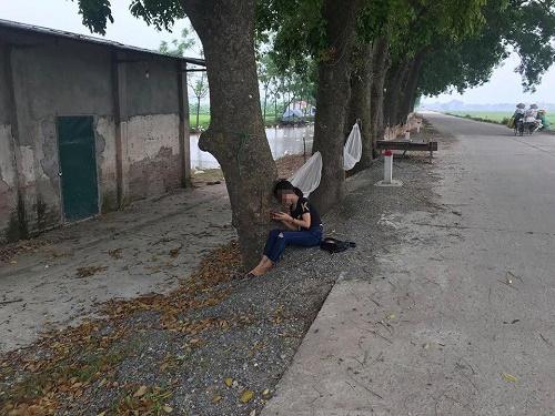 Bị bố mẹ đuổi khỏi nhà vì trượt tốt nghiệp, nữ sinh ngồi khóc thút thít ven đường - Ảnh 1