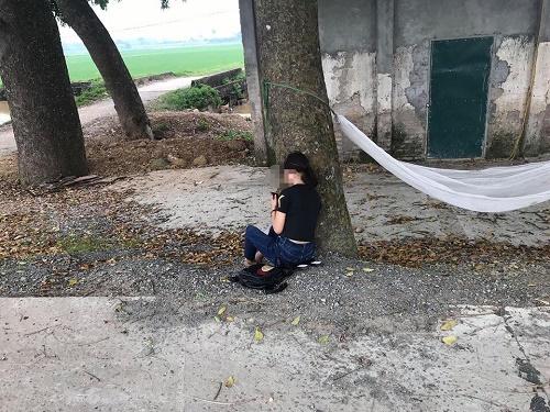 Bị bố mẹ đuổi khỏi nhà vì trượt tốt nghiệp, nữ sinh ngồi khóc thút thít ven đường - Ảnh 2
