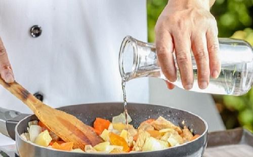 """Mẹo """"cứu nguy"""" món ăn bị mặn hiệu quả với những nguyên liệu sẵn có - Ảnh 1"""