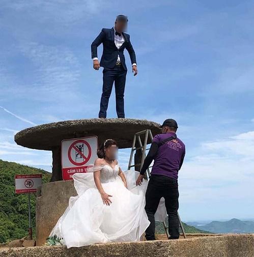 Trèo lên di tích Hải Vân Quan để chụp ảnh bất chấp biển cấm, cặp đôi khiến dân mạng phẫn nộ - Ảnh 2
