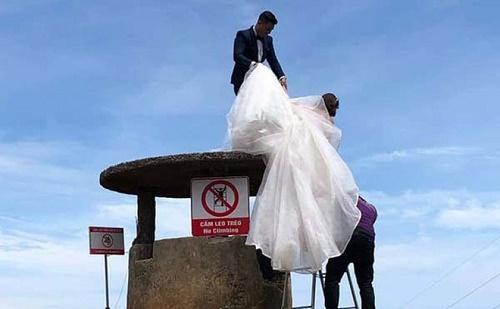 Trèo lên di tích Hải Vân Quan để chụp ảnh bất chấp biển cấm, cặp đôi khiến dân mạng phẫn nộ - Ảnh 1