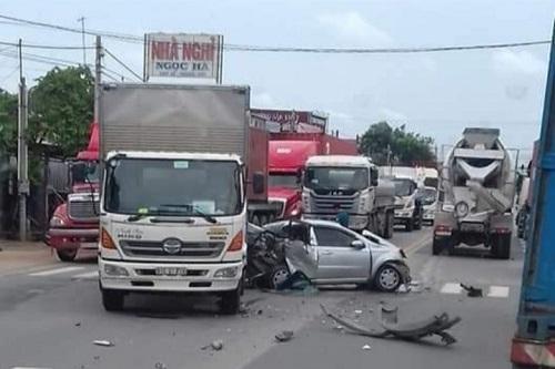 Tin tức tai nạn giao thông mới nhất hôm nay 4/7/2019: Ô tô tải chạy trái đường tông xe bán tải, 3 người thương vong - Ảnh 4