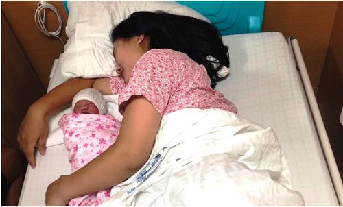 """Người nhà trở thành """"bà đỡ"""" bất đắc dĩ cho thai phụ đẻ rơi con trên taxi  - Ảnh 1"""