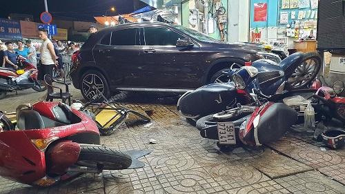 """Nữ tài xế Mercedes gây tai nạn liên hoàn, """"lùa"""" hàng loạt xe máy - Ảnh 1"""