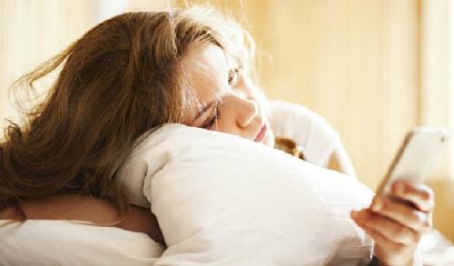 Hoảng hồn bởi hàng loạt tác hại của việc sử dụng điện thoại khi vừa thức giấc vào buổi sáng - Ảnh 1