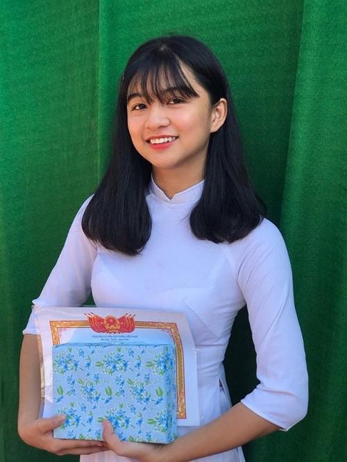 Chỉ một khoảnh khắc diện áo dài, nữ sinh Bình Thuận đã khiến dân mạng ngẩn ngơ thương nhớ - Ảnh 1