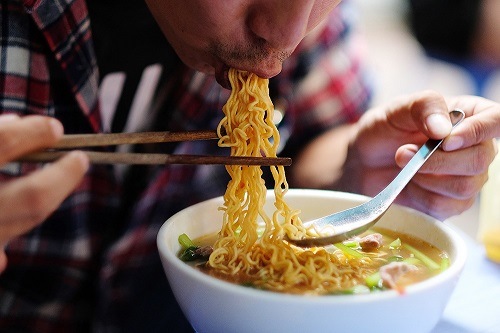 Tác hại khủng khiếp của việc ăn quá nhiều mỳ tôm vào bữa sáng - Ảnh 1