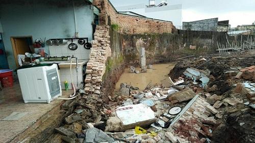 Tường nhà tắm bất ngờ đổ sập, em gái tử vong, anh trai nguy kịch - Ảnh 1