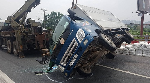Tai nạn liên hoàn 6 ô tô trên cầu Thanh Trì, giao thông ùn tắc hàng cây số - Ảnh 2