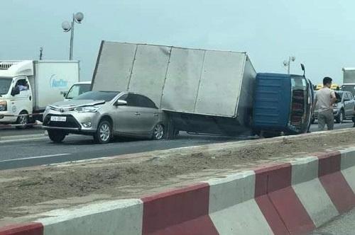 Tai nạn liên hoàn 6 ô tô trên cầu Thanh Trì, giao thông ùn tắc hàng cây số - Ảnh 1