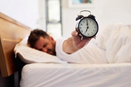 10 thói quen xấu vào buổi sáng khiến sức khỏe bạn tệ hại đi mỗi ngày  - Ảnh 1