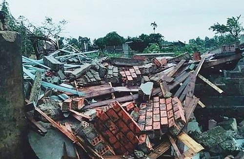 Hà Tĩnh: Lốc xoáy làm tốc mái 40 căn nhà, 2 người bị thương - Ảnh 1