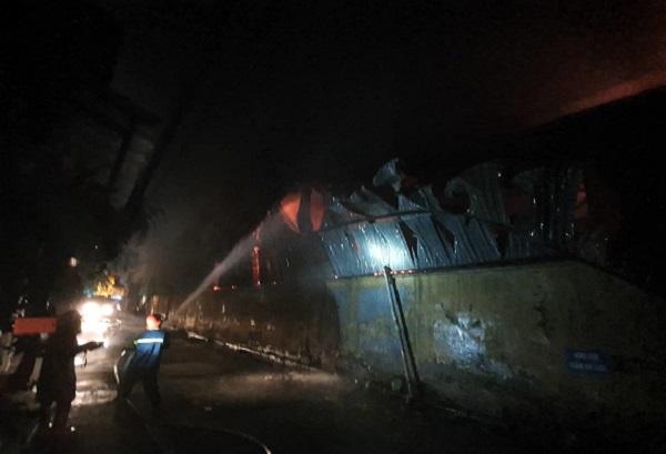 Vụ cháy nhà máy phích nước Rạng Đông: Hình ảnh xúc động trong trận hỏa hoạn kinh hoàng - Ảnh 1