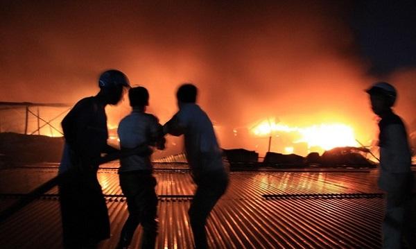 Vụ cháy nhà máy phích nước Rạng Đông: Hình ảnh xúc động trong trận hỏa hoạn kinh hoàng - Ảnh 2