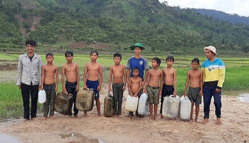 3 chàng trai ngăn suối, làm điều cảm động dưới chân núi Chư Đăng Ya - Ảnh 2