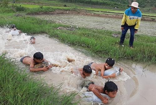 3 chàng trai ngăn suối, làm điều cảm động dưới chân núi Chư Đăng Ya - Ảnh 1