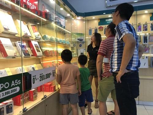 """Phụ huynh Hà Nội đổ xô đi mua đồng hồ định vị cho con sau vụ bé 6 tuổi bị """"bỏ quên"""" trên xe  - Ảnh 1"""