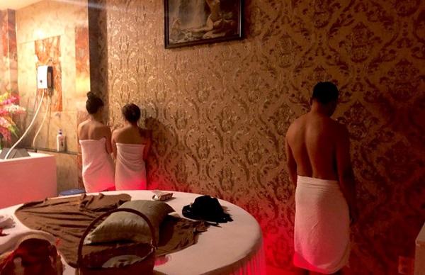 Bắt quả tang tiếp viên massage khoả thân kích dục cho khách ở TP.HCM - Ảnh 2