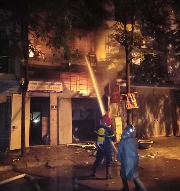Nửa đêm, ngôi biệt thự 3 tầng ở Khu đô thị Xa La bốc cháy dữ dội - Ảnh 2
