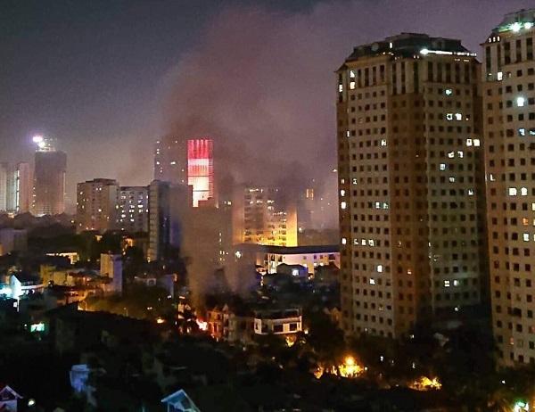 Nửa đêm, ngôi biệt thự 3 tầng ở Khu đô thị Xa La bốc cháy dữ dội - Ảnh 1