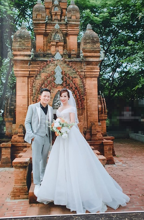 """Kỉ niệm 1 năm lấy chồng trẻ, cô dâu 62 tuổi gây """"sốc"""" khi chụp lại ảnh cưới, mở tiệc rình rang - Ảnh 2"""