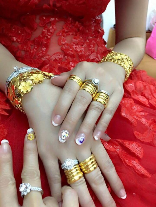 Bộ ảnh cô dâu miền Tây đeo vàng trĩu nặng trong đám cưới bất ngờ gây sốt trở lại - Ảnh 7