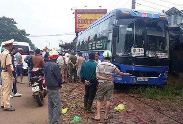 Xe khách mất lái tông liền 2 xe máy khiến 2 người tử vong tại chỗ - Ảnh 1
