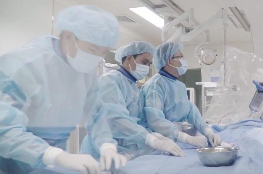 Hai bé gái sinh đôi mắc bệnh tim bẩm sinh được phẫu thuật miễn phí - Ảnh 1