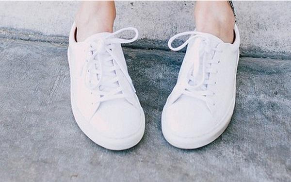 """Mẹo nhỏ """"thần thánh"""" giúp bạn đánh bay nỗi lo giày trắng ố bẩn, ngấm nước - Ảnh 1"""