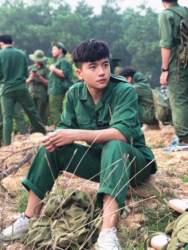 """Chỉ một khoảnh khắc mặc đồng phục tập quân sự, nam sinh FPT đã khiến dân mạng """"đứng hình"""" - Ảnh 1"""