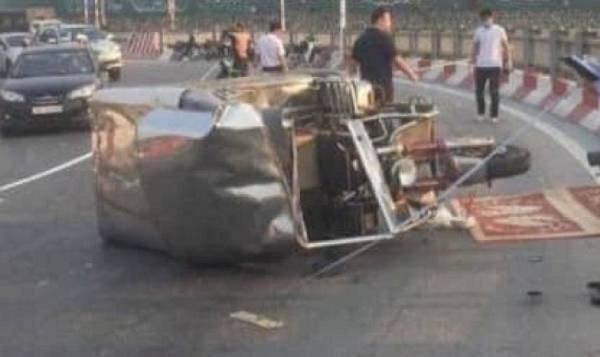 Tin tức tai nạn giao thông mới nhất ngày 27/9/2019: Tự lao xe 3 bánh vào lan can cầu Vĩnh Tuy, 9X tử vong - Ảnh 1