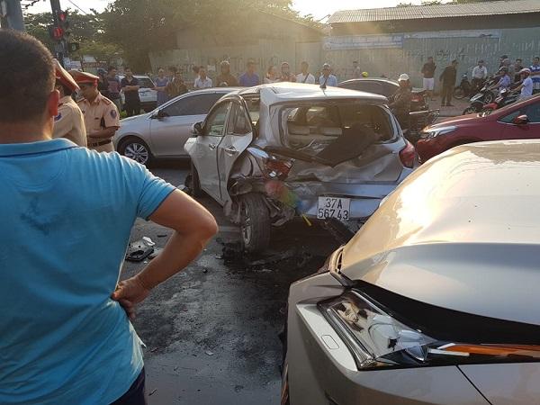 """Ô tô """"điên"""" gây tai nạn liên hoàn, nhiều phương tiện hư hỏng nặng - Ảnh 1"""