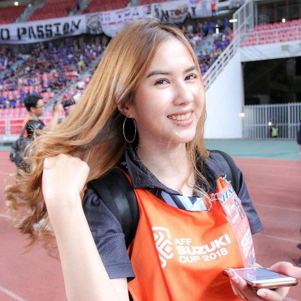 """Cận cảnh vẻ đẹp nóng bỏng """"đốt mắt"""" người nhìn của bạn gái tiền đạo U23 Thái Lan - Ảnh 5"""