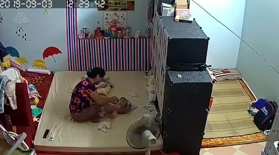 Mẹ sốc nặng vì thấy cảnh con vài tháng tuổi bị người giúp việc bạo hành do không chịu uống sữa - Ảnh 1