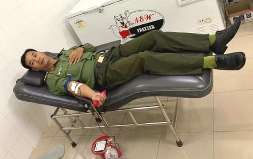 Ba cán bộ công an hiến máu hiếm cứu sống thanh niên bị đâm trọng thương - Ảnh 2