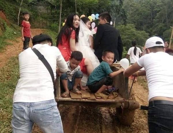 """Không phải xế sang, rước dâu như chú rể Phú Thọ mới """"chất chơi""""  - Ảnh 1"""