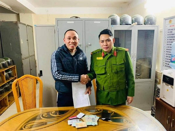 Cảnh sát 113 Hà Nội trả lại tài sản cho người đánh rơi - Ảnh 1
