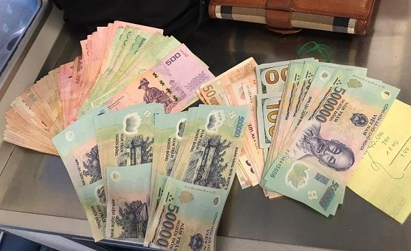 Tiếp viên Vietnam Airlines trả lại tài sản hơn 150 triệu đồng cho hành khách bỏ quên - Ảnh 1