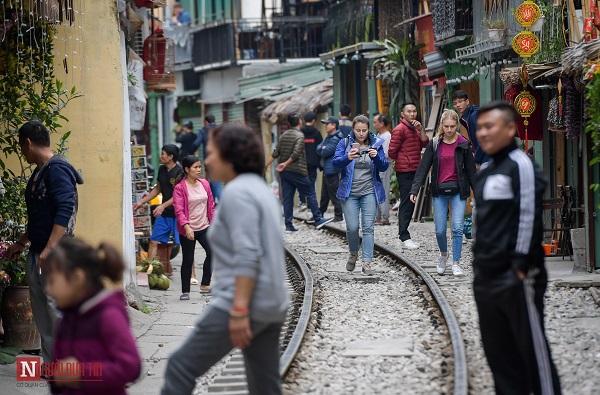 """Bất chấp lệnh cấm, phố """"cà phê đường tàu"""" Phùng Hưng vẫn tấp nập - Ảnh 3"""