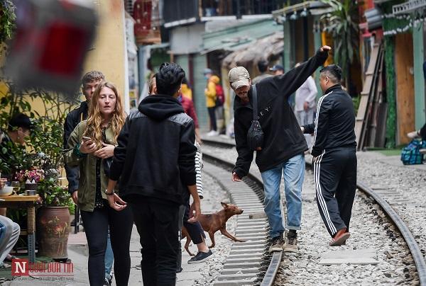 """Bất chấp lệnh cấm, phố """"cà phê đường tàu"""" Phùng Hưng vẫn tấp nập - Ảnh 4"""