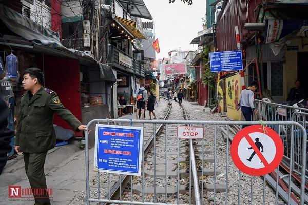 """Bất chấp lệnh cấm, phố """"cà phê đường tàu"""" Phùng Hưng vẫn tấp nập - Ảnh 1"""