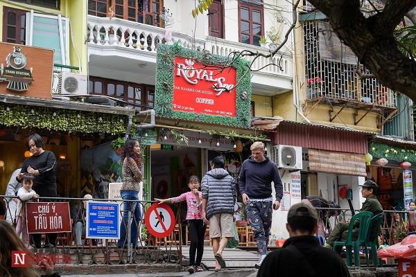 """Bất chấp lệnh cấm, phố """"cà phê đường tàu"""" Phùng Hưng vẫn tấp nập - Ảnh 5"""
