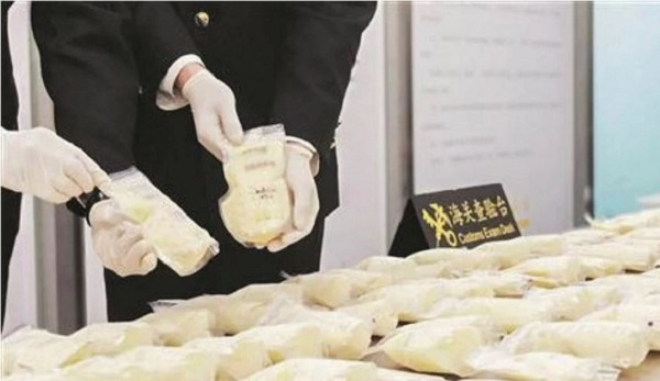 Tịch thu 23kg sữa mẹ đông lạnh của một phụ nữ Trung Quốc tại sân bay - Ảnh 1