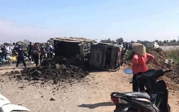 Lật xe chở bùn, một nữ sinh bị vùi lấp khi đi học về - Ảnh 1