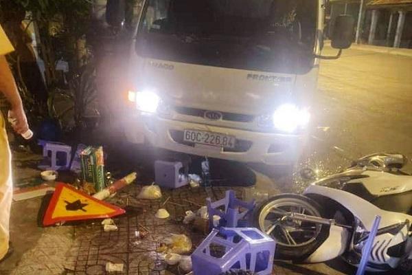 Xe tải chạy tốc độ cao lao lên vỉa hè, tông vào bàn nhậu khiến 5 người bị thương - Ảnh 1