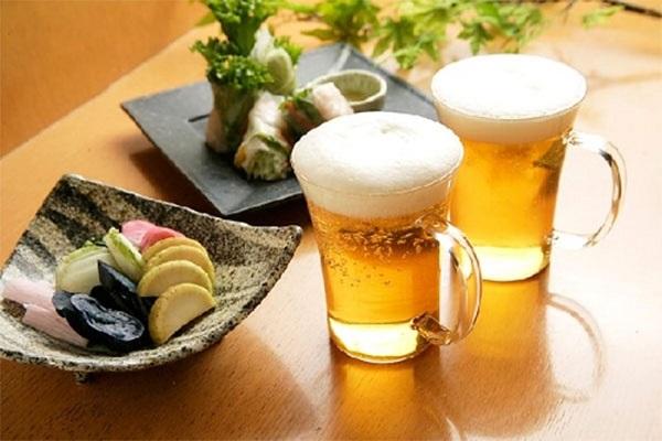 Nên ăn gì trước khi uống rượu bia để giữ sức khỏe? - Ảnh 1